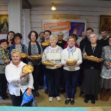 Chleb dobroci dzielony przez wolontariuszy
